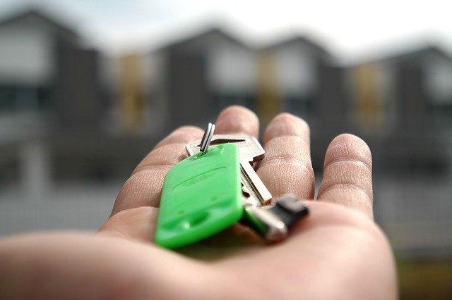 A person offering keys in the best Florida cities for renters.